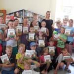 siaurines bibliotekos stovyklautojai stovyklos uzdarymo diena gavo dovanu is mecenato R. karbauskio