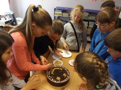 zidinio stovyklautojai gamina torta-001