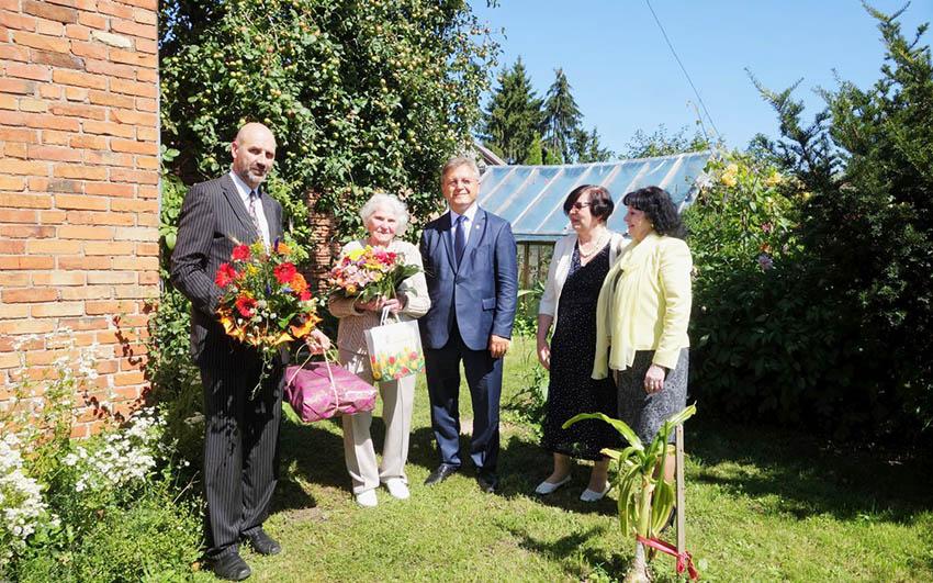 Tautodailininkę Rožę Zeltinienę pasveikino 100 metų jubiliejaus proga