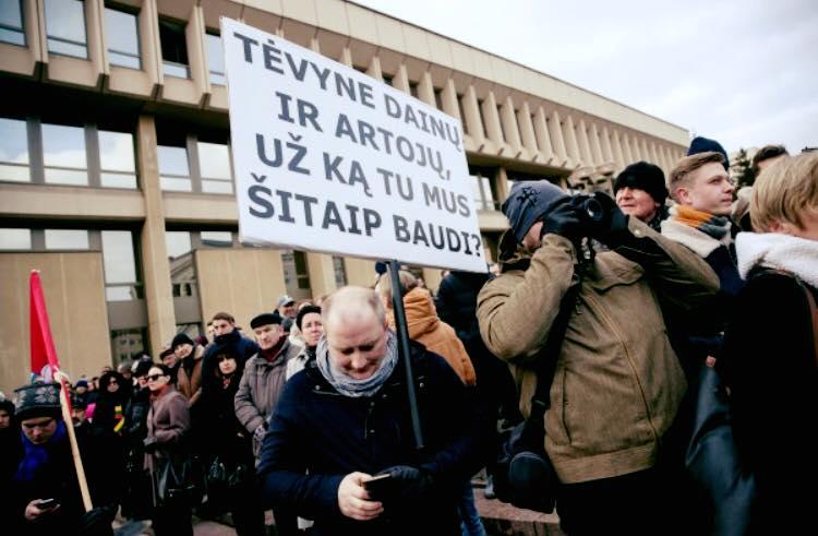 """Seimo prieigas užgulė tūkstančiai protestuotojų: šaukė """"gėda"""", valstiečių lyderiai nušvilpti"""