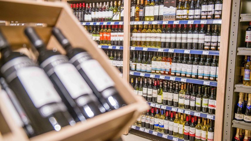 Alkoholio reklamos draudimo spragos: įstatymą galima apeiti ir netyčia