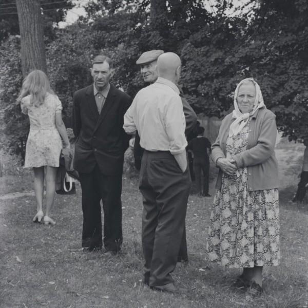 Šv. Lauryno atlaidai Palūšėje. Pasiruošimas šventei. Antras iš kairės zakristijonas Ignas Bečelis. 1971 m. rugpjūčio 8 d. Fot. M. Baranauskas. LNM